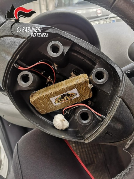 Droga_in_auto_e_due_pistole_in_casa_un_arresto.jpg