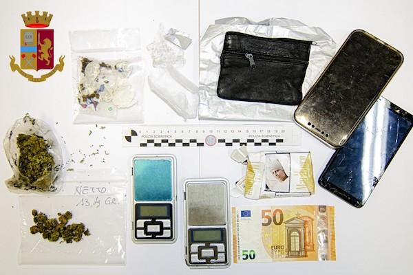 Sedicenne_arrestato_dalla_Polizia_per_estorsione_ai_danni_di_un_altro_minorenne_e_detenzione_di_stupefacenti_ai_fini_di_spaccio_materiale_sequestrato_Medium.jpg