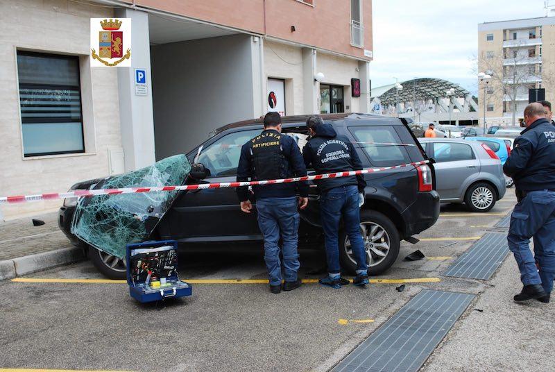 auto_danneggiata_da_esplosione.jpg
